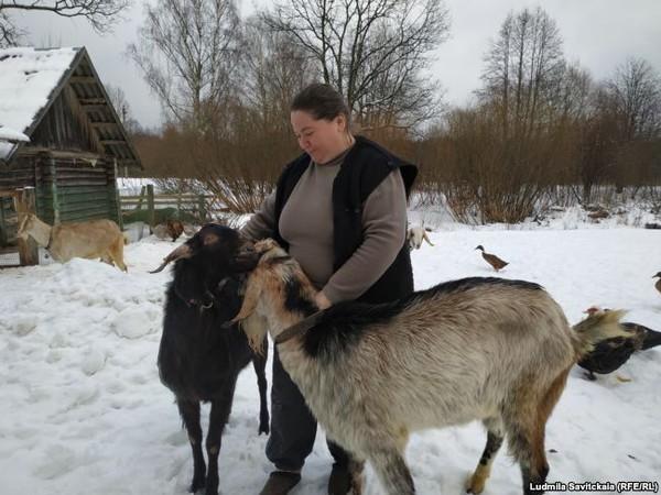 Елена Перчикова у себя в огороде