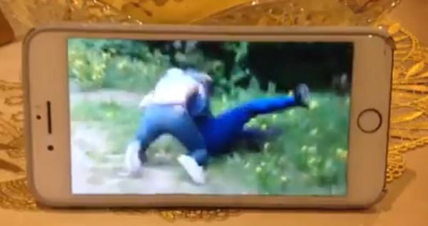 Скриншот видео с избиением подростка