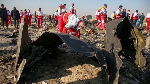 Сотрудники Красного Полумесяца проверяют обломки самолёта. Фото: Reuters