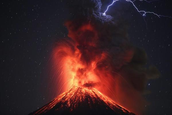 Действующий вулкан Колима в Мексике во время извержения. Фото: Ulises Ruiz Basurto—EPA/Shutterstock