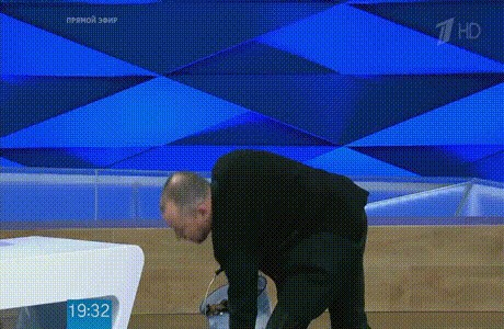 Один из ярких эпизодов программы: в студии ведро с надписью «Г**но» с подозрительным содержимым – подарок для приглашенного гостя из Украины. Эфир от 20.04.17. «Первый канал»