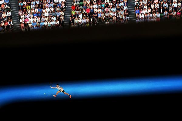 Роджер Федерер играет против Рафаэля Надаля на турнире Australian Open Grand Slam в Мельбурне. Фото: Dean Lewins—EPA/Shutterstock
